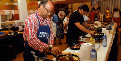 Alcalde-y-Juan-Manuel-Sánchez,-cocinando